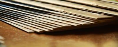 Zeitschriften, Regal und Weinlesefarben Lizenzfreies Stockfoto