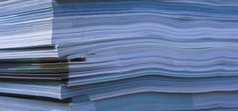 Zeitschriften stapeln nah oben Stockfotografie