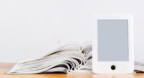 Zeitschriften und ereader lizenzfreies stockbild