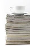 Zeitschriften und Kaffeetasse lizenzfreies stockfoto