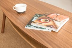 Zeitschriften und Kaffeetasse auf dem Tisch, wirkliches Foto stockfoto