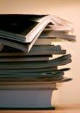 Zeitschriften unter Abendlampenleuchte Lizenzfreies Stockfoto