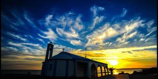 Zeitspanne über einer kleinen typischen Zypern-Kirche (4k) Stockfoto