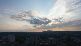 Zeitspanne-Ansichtsonnenuntergang an der Stadt stock video