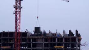 Zeitspanne - Bau des Gebäudes mit Arbeitskräften und Kränen stock video