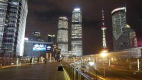 Zeitspanne, beschäftigter Fußgänger u. Verkehr, Shanghai-Mitte u. Orient-Perle Fernsehturm stock footage
