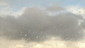 Zeitspanne bewölkt sich, Regentropfen auf Glas stock footage