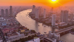 Zeitspanne der Bangkok-Sonnenuntergangchao phraya Buchtverkehrshoteldachspitzendes panoramas 4k Thailand stock video