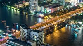 Zeitspanne der Draufsicht 4k des Nachthelle Bangkok-Verkehrsflussbrückenmetrobahnhofshoteldachs Thailand stock video footage