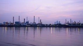 Zeitspanne der Erdölraffinerie in dem Fluss in der Sonnenaufgangzeit stock footage
