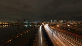 Zeitspanne der langen Belichtungsautobahn-Ampel schleppt und bewölkt sich in im Stadtzentrum gelegenem Portland ODER nachts 4k stock video footage
