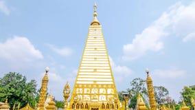 Zeitspanne der 4 mit Seiten versehenen Formpagode: Architekturlandschaft der weißer und Goldpagode am wat Phrathat Nong Bua in Ub stock footage