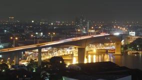 Zeitspanne der Nachthelle Bangkok-Hoteldachspitzenverkehrsstraßenflussbrücke 4k Thailand stock video