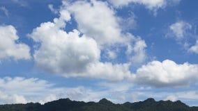 Zeitspanne der Regenzeitwolke über khaoyai Nationalparkberg Thailand stock footage