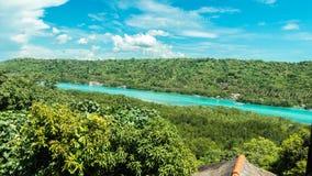 Zeitspanne der Sommerlandschaft Klippenansicht timelapse, grüner sonniger Tag, Fluss, schöne Wolken Asien, Bali, Indonesien stock video