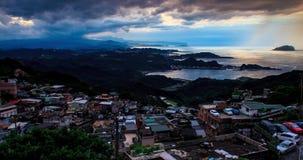 Zeitspanne der Sonnenuntergang- und Skylineansicht von alter Straße Jiufen, Taiwan stock video footage