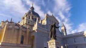 Zeitspanne der Vorderansicht 4k Madrid-Tagesblauer Himmel almudena Kathedrale Spanien stock video