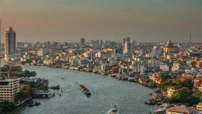 Zeitspanne des Bangkok-Sonnenuntergangdachspitze chao phraya Verkehrsflussstadtpanoramas 4k Thailand stock video
