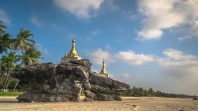 Zeitspanne des bewölkten blauen Himmels über dem Überraschen von buddhistischen Pagoden am tropischen sandigen Strand Myanmar (Bi stock footage