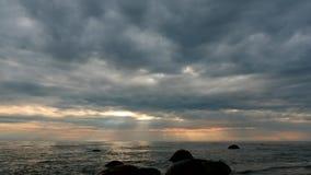 Zeitspanne des bewölkten Himmels unter dem Meer mit Regen- und Sonnenscheinfern Ansicht stock video footage
