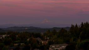 Zeitspanne des bunten Sonnenuntergangs über Mt Haube und Wohnheime im glücklichen Tal ODER im uhd 4k stock footage