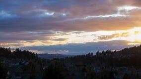 Zeitspanne des bunten Sonnenuntergangs über Wohnheimen im glücklichen Tal ODER im uhd 4k stock video