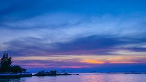 Zeitspanne des Dämmerungshimmels in Meer mit weniger Insel, Chonburi, Thailand stock video footage