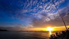 Zeitspanne des drastischen Sonnenunterganghimmels in Meer mit Hafenschattenbildvordergrund stock video footage