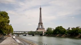 Zeitspanne des Eiffelturms und der Banken der Seines stock footage
