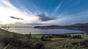 Zeitspanne des Hafendorfs Uig mit den äußeren hebrides im Hintergrund - Insel von Skye, Schottland stock video footage