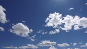 Zeitspanne des Himmels und der Wolken Schönes cloudscape am sonnigen Tag Getrennt auf Schwarzem stock footage
