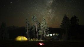 Zeitspanne des Kampierens mit einem Auto, einem Zelt und einem Lagerfeuer nachts stock video
