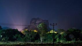 Zeitspanne des n?chtlichen Himmels ?ber Sigiriya-Festung in Sri Lanka stock video footage
