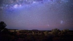 Zeitspanne des nächtlichen Himmels der Milchstraße und des Uluru in Australiens Nordterritorium stock video footage
