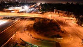 Zeitspanne des Nachtverkehrs auf beschäftigter Autobahn in Los Angeles stock footage