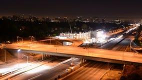 Zeitspanne des Nachtverkehrs auf beschäftigter Autobahn in Los Angeles stock video
