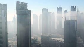 Zeitspanne des Nebels des frühen Morgens, der sich vorbei in die Stadt, Doha klärt stock video footage