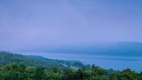 Zeitspanne des Nebels treibend über dem Gebirgssee stock footage