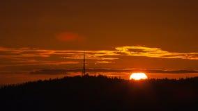 Zeitspanne des Rotglühensonnenuntergangs über Mt Scott in glücklichem uhd Tal-Oregons 4k stock video