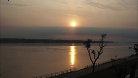 Zeitspanne des Sonnenaufgangs über Khong-Fluss in Thailand stock video footage