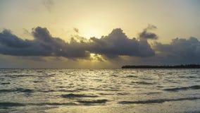 Zeitspanne des Sonnenaufgangs über Ozean in der Dominikanischen Republik stock video