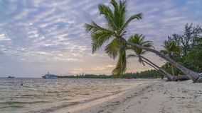 Zeitspanne des Sonnenaufgangs über Ozeanstrand in der Dominikanischen Republik stock video