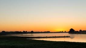 Zeitspanne des Sonnenaufgangs in Culemborg, das Fluss Lek stock footage