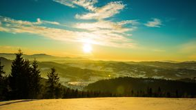 Zeitspanne des Sonnenuntergangs 8K im Winterberg stock video footage