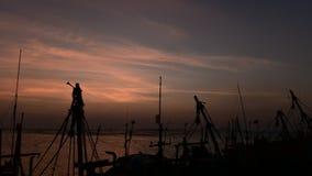 Zeitspanne des Sonnenuntergangs in Meer mit Fischerboot silhouttes stock video