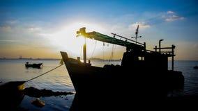 Zeitspanne des Sonnenuntergangs mit Bootsschattenbild in Meer stock video