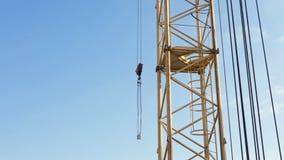 Zeitspanne des Turmkrans an der Baustelle gegen den blauen Himmel stock video footage