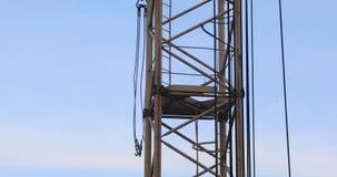 Zeitspanne des Turmkrans an der Baustelle gegen den blauen Himmel stock footage