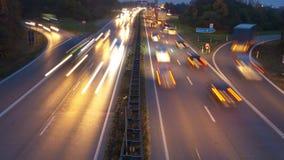 Zeitspanne des Verkehrs an der Landstraße stock video