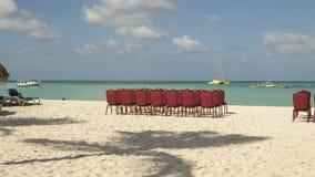 Zeitspanne Einstellung von Stühlen auf einem Strand stock video